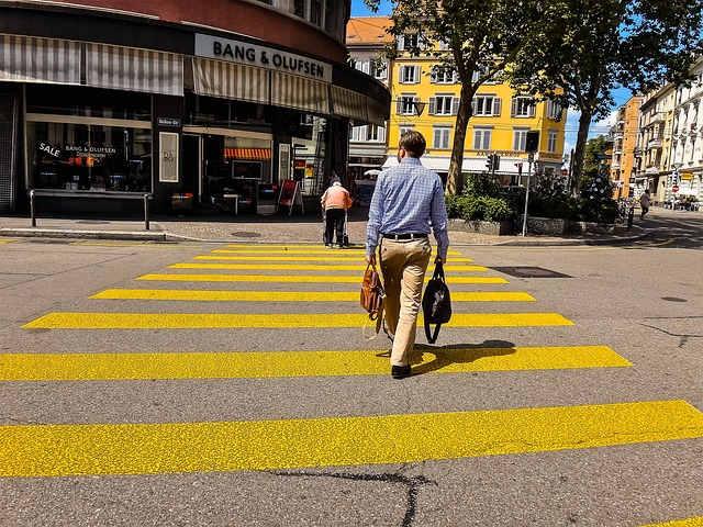 Fussgängerstreifen - Konflikt Fussgänger und Autofahrer